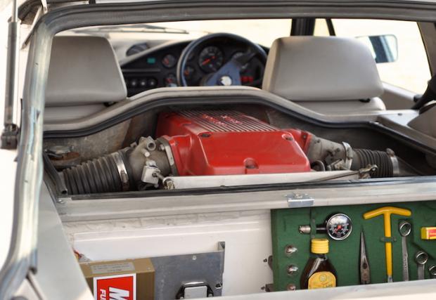 1988 Giocattolo Group B, с бутилка ром при инструментите. Доста интересна комбинация – Alfa Sprint с монтиран зад предните седалки V8 от Holden. Мощност 300 коня, маса около 1,1 тона. Супер. А сега се загледайте по-внимателно в снимката и вижте бутилката ром при инструментите.