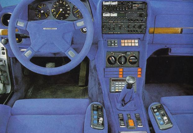 1980 Mercedes-Benz 280TE от Zender. Немският тунер е изпълнил желанията на клиента и е интегрирал масивно стерео в централната конзола. Вижте го само, това са три дека! Ако се загледате зад скоростния лост, ще видите и калкулатор. Електрониката е на ниво.
