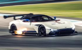 Vulcan, най-бруталният Aston Martin се задвижва с части от... Ford Mondeo. Крис Харис обяснява. Видео и галерия