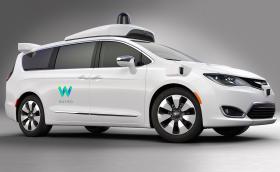 Този Chrysler Pacifica се движи сам. Показва ни, че техниката за автономност става все по-компактна. Виновен е Google. Галерия