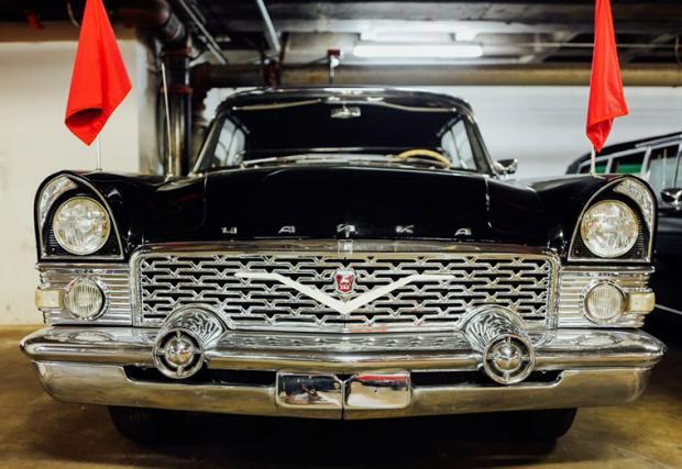 """GAZ М13, известен като """"Чайка"""". Този автомобил е добре познат у нас, тъй като и наши държавни глави са кръстосвали страната с този лукс на съветското автомобилостроене."""