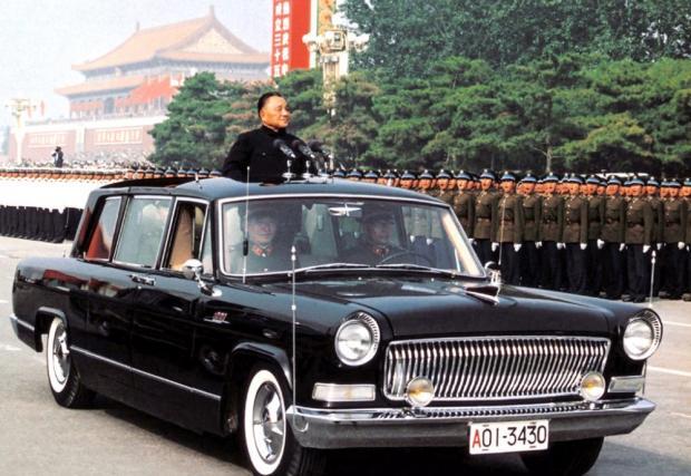 """Hongqi """"Red Flag"""" Limousine Number 1. Китайската държавна лимузина, която прилича на американска кола от 50-те, всъщност се произвежда от края на 70-те. Леко осъвременени версии на тази кола все още изпълняват държавна служба в Китай."""