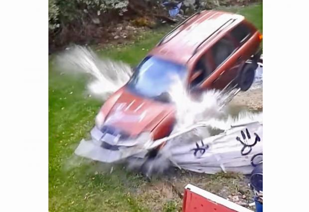 Hyundai Santa Fe се радва на басейн. Проваля се ефектно. Видео