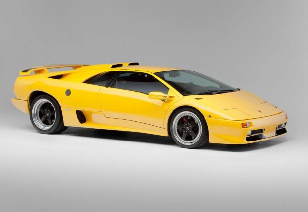 15. Цената. Запазено 1998 Diablo SV, като това на снимката (40 000 км) струва около 300 000 евро. Което е с около 50k над цената на Aventador. Този факт неминуемо прави вас и колата по-куул в бара.