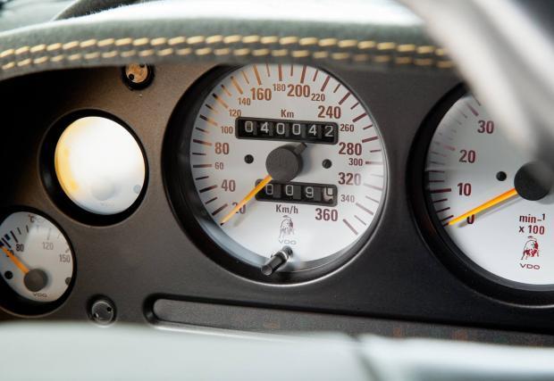 9. Таблото. Бели аналогови уреди с истински стрелки и километраж, разграфен до 360 км/ч. При Ventador пред вас седи стерилен LCD екран, който може да конфигурирате. При желание, вероятно може да изкарате на него и Мики Маус.