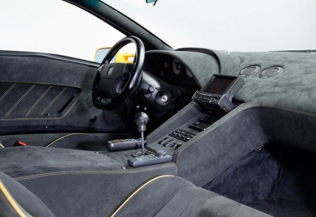10. Изскачащото стерeo. Alpine. Не може да отречете, че подвижните дисплеи са по-яки от забодените на таблото екрани. Днес Audi продължават да правят коли с такива, но Aventador разчита на статичен, вероятно сходен с този на VW Golf.