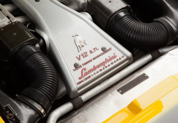 13. Моторът. Олдскуул 5,7-литрова V12 машина, която е проектирана без особена мисъл за спазване на еко нормите. Двигател, който носи духа на марката от едно време.