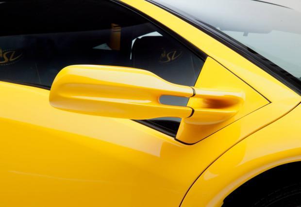14. Огледалата. Две тънки подобни на кости свръзки и изтеглена аеро форма. По-фини са от буците на Aventador, които – и заради стеблата си - стърчат като големи глави на стикове за голф.