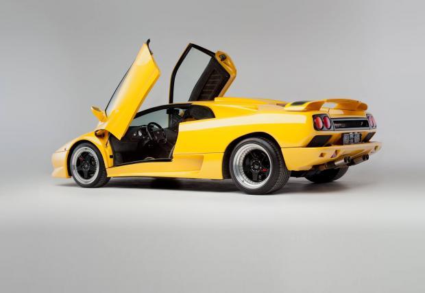 1. Производственият обем. Колата на снимките е една от 18-те произведени през 1998 г. По онова време Lambo бе много по-бутикова компания, с малко над 200 коли годишно. Бройката за 2015 е над 3200 единици.