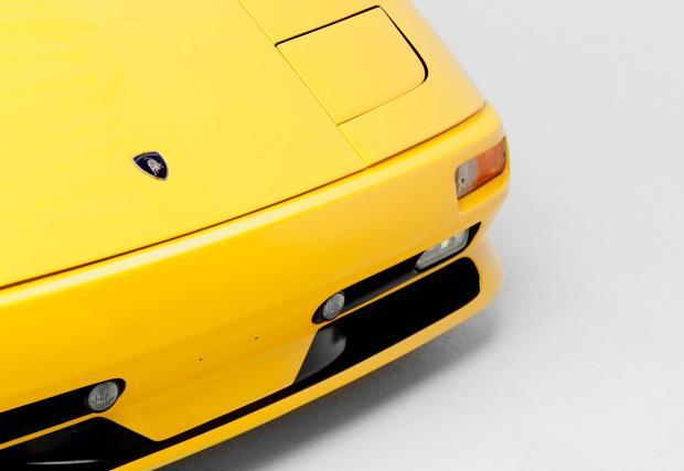 """3. Фаровете с """"клепачи"""". Това е последното Lambo с излизащи нагоре """"очи"""". С фейслифта, който италианците представят през 1999 г., колата се сглобява със статични фарове от Nissan 300ZX."""
