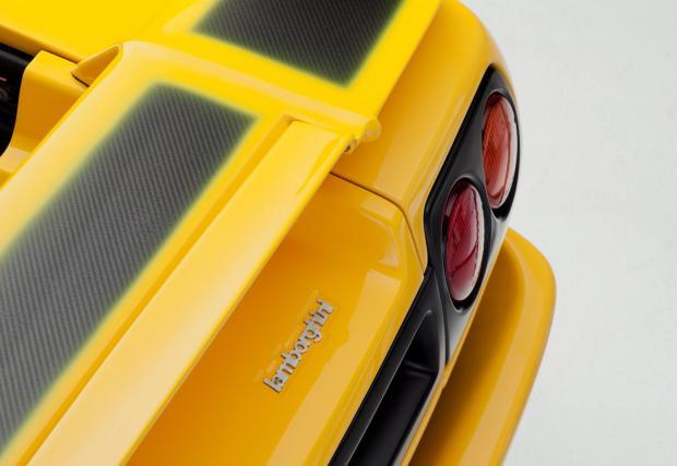 5. Прозиращият карбон на задното крило. Вижте само как Lambo са оставили открита част от карбоновата структура, контрастът с жълтото е страхотен. Aventador? Не може да различите спойлера от купето, докато същият не получи команда от електрониката.