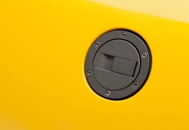 4. Капачката на резервоара. Семпла, метална капачка с ключ и безел с шест шестограмни болта. Шестоъгълникът на Aventador също е готин, но е пластмасов и под него се крие скучна черна врътка, каквато ще намерите при почти всяка съвременна кола.