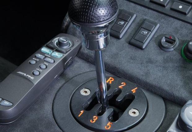 8. Скоростите. Докато Murc разчита на автоматизирана кутия и пера на волана, каквито днес може да си поръчате и в Toyota Corolla, то Diablo SV предлага абсолютния кеф на ръчните скорости с H-образни канали на централния тунел. Порода, която вече не съществува.