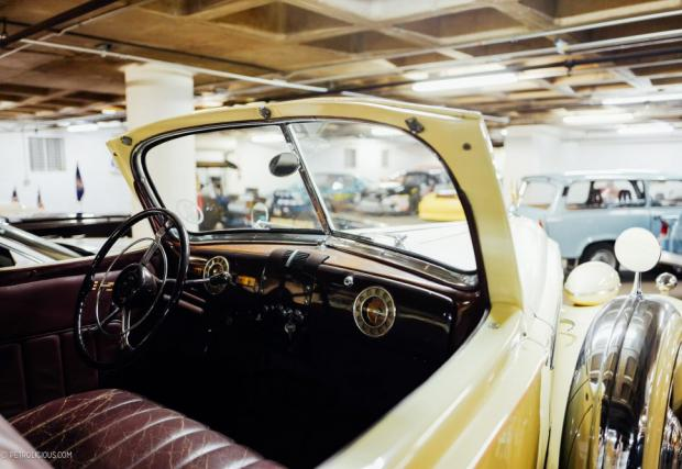 Изпълнението на този Packard е специално, с двойна кабина или по-скоро, с допълнително остъкление отзад. Къстъм изработката позволявала комфортно возене на пет човека, независимо от времето.