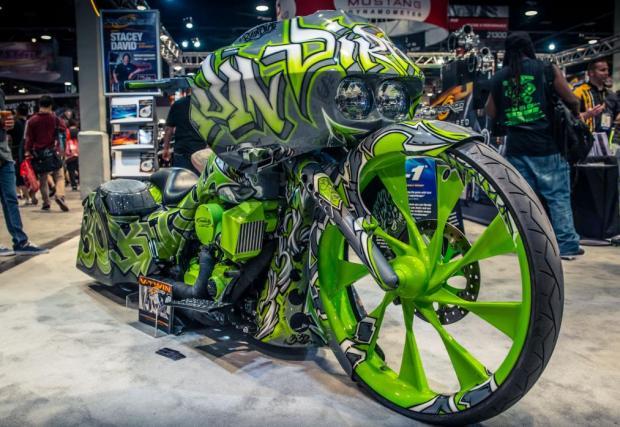 Harley Road Glide. Турбиниран Harley багър, боядисан в зелено Shoreditch Alleyway Green. Мощност – 150 коня; скромност: никаква. Кефят ни джантите в стил перки на турбини.