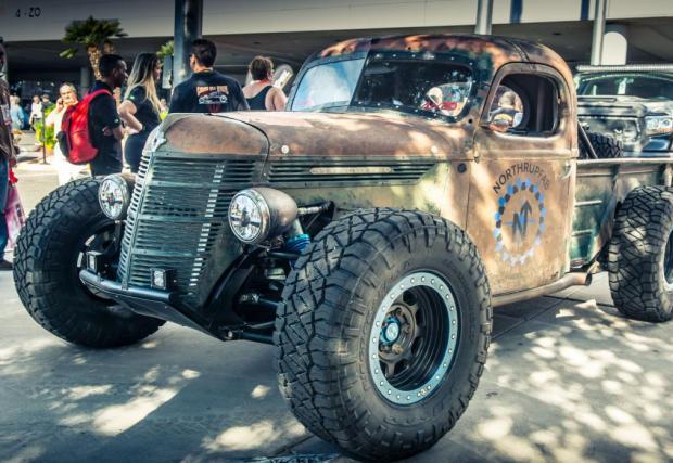 Rat Rod Trophy Truck. Рат родите не са особено популярни у нас, но в САЩ са си супер куул. Този пикап се радва на брутално окачване с ход от 36 см. Двигателят е LS6-ичка, 5,7 V8.
