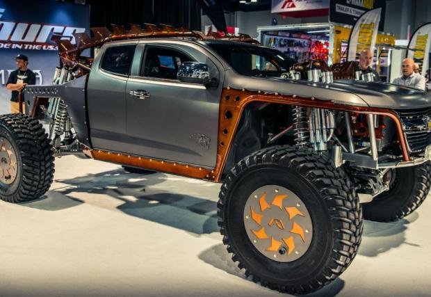 Fab Fours Kymera. Брутална офроуд машина, базирана на 2015 Chevy Colorado. Fox Racing окачване, маса от 5,5 тона и 5,9-литров турбодизел Cummins. Става.