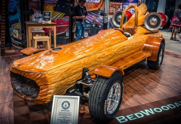"""Колата-дънер. Както се вижда, автомбилът е изработен предимно от дърво. Базиран е на стара Mazda RX-7 и е вписана в книгата на """"Гинес"""", като най-бързата кола... дънер."""