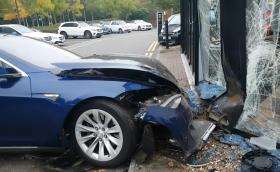 Tesla Model S прелетя над Merc E-Class и се заби в шоурум на Smart. Галерия и видео