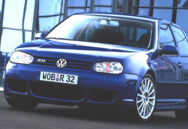 """MkIV R32. През 2003 VW обува 3,2-литров VR6 мотор в """"петицата"""" и я прави 4x4. Колата е базирана на Audi TT, мощна е 250 коня и вдига сто за 6,6. Изключително готин и днес."""