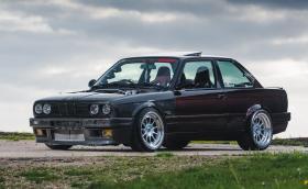 Това е BMW E30 с 5,8-литров битурбо V8. Скоростите са от Supra, a задните гуми са 275-ици