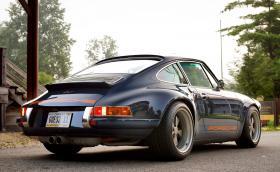 Да караш Singer Porsche 964 C2 4.0 за 500 000 долара е страшен кеф. Видео
