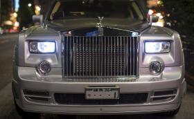 В този Rolls-Royce Phantom работи 2JZ мотор на Toyota. Мощен е 900 коня и е снабден с компресор и турбина