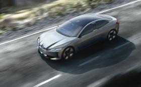 BMW i Vision Dynamics слага Tesla Model 3 в малкия си джоб