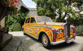 Колата на Джон Ленън е шантав Rolls Phantom V. Има двойно легло и вместо CO2 изхвърля маргаритки