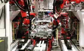Видеото с роботите, които сглобяват Tesla Model 3, е сюрреалистично