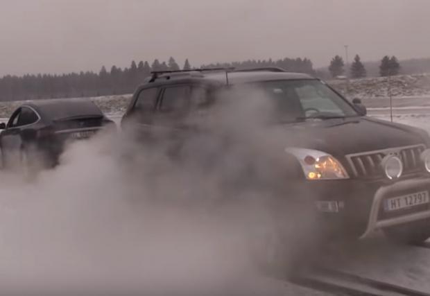 Tesla Model X се дърпа с Toyota Land Cruiser. Кой ще победи!? Видео