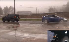 Tesla Model X vs Hummer H2. Дърпане на въже, версия 2