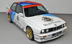 Това е 30-годишно BMW M3 E30 в духа на DTM. Колата е на 156 хил. км и се продава за 85 000 евро. Наздраве