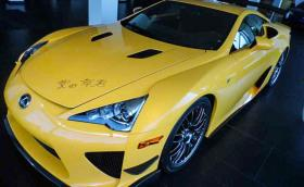 Този Lexus LFA е на 680 км, капакът му е надраскан с маркер и се продава за… 12,5 милиона лева