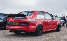 Този 1988 Ford Escort RS Turbo S2 е сбор от различни коли и е прекрасен. Генерира 220 коня