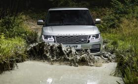 Новият Range Rover е луксозен хол, който може да вкарате в почти метър вода. Топ версията е с 565 коня, а хибридът харчи 2,8 на сто