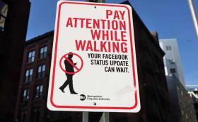 Хонолулу ще глобява пешеходци, които си зяпат телефона на пешеходна пътека. Одобряваме.