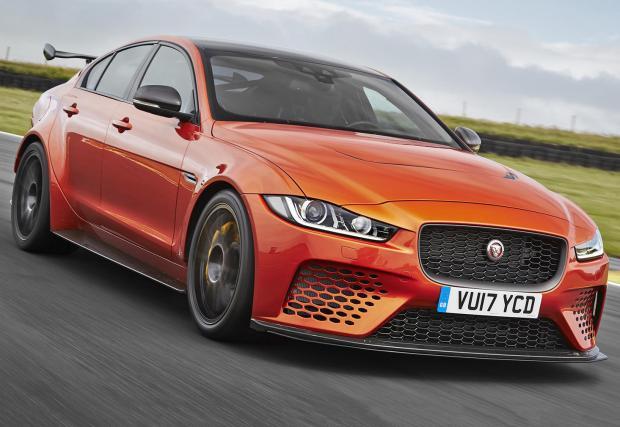 Jaguar XE SV Project 8 трещи зверски, мощен е 600 коня и вдига сто за 3,5 секунди