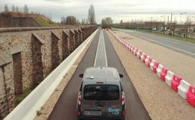 Това шосе зарежда движеща се по него електрическа кола. Видео