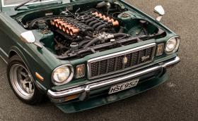 Това е 5-литров V12 с 400 коня, ръчни скорости и медни фунии на дроселите, монтиран в Toyota Cressida X30