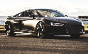 Харесваме това Audi R8 V10 plus. Брутална галерия, джантите също са брутални. Галерията и малко инфо