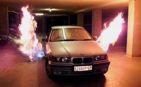 Това BMW E36 е снабдено с огнехвъргачка. Пламъците с дъжлина до 5 метра били легални в ЮАР. Галерия и инфо