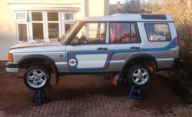 LR Discovery с мотор от BMW M3 Е36. Мощен е 350 коня и работи с виско куплунг от Porsche 911. Добреее...