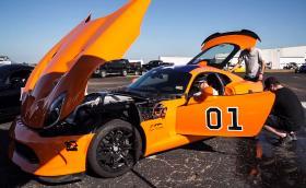 Това е Dodge Viper с 2300 к.с., който развива 317 км/ч на драг и работи с 30 кг лед в багажника
