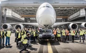 "Porsche Cayenne S Diesel изтегли Airbus A380, влезе в ""Гинес"". Самолетът тежи 285 тона"