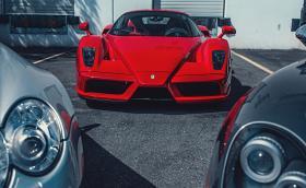 Ferrari Enzo e един от най-яките модели на марката. Това е положението. Галерия с още две коли