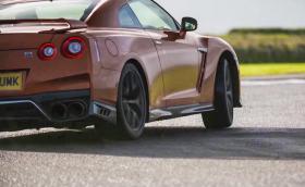 """Така се кара 2017 Nissan GT-R. """"Godzilla"""" е по-добра от всякога, макар и по-мека"""