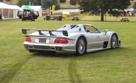 Mercedes-Benz CLK GTR Roadster дрифти в тревата, лети и по рали отсечка. Видео и галерия