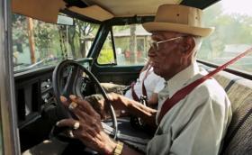 Ричард Овертън е на 110 години, пуши пури и си кара своя Ford F100 без проблеми. Галерия и инфо