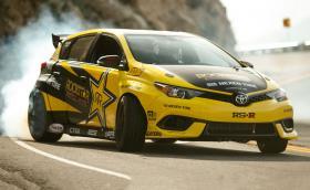 В тази Toyota Corolla работи 2,7-литров мотор с 1000 коня, а предаването е задно. Хотхеч и половина. Галерия и инфо